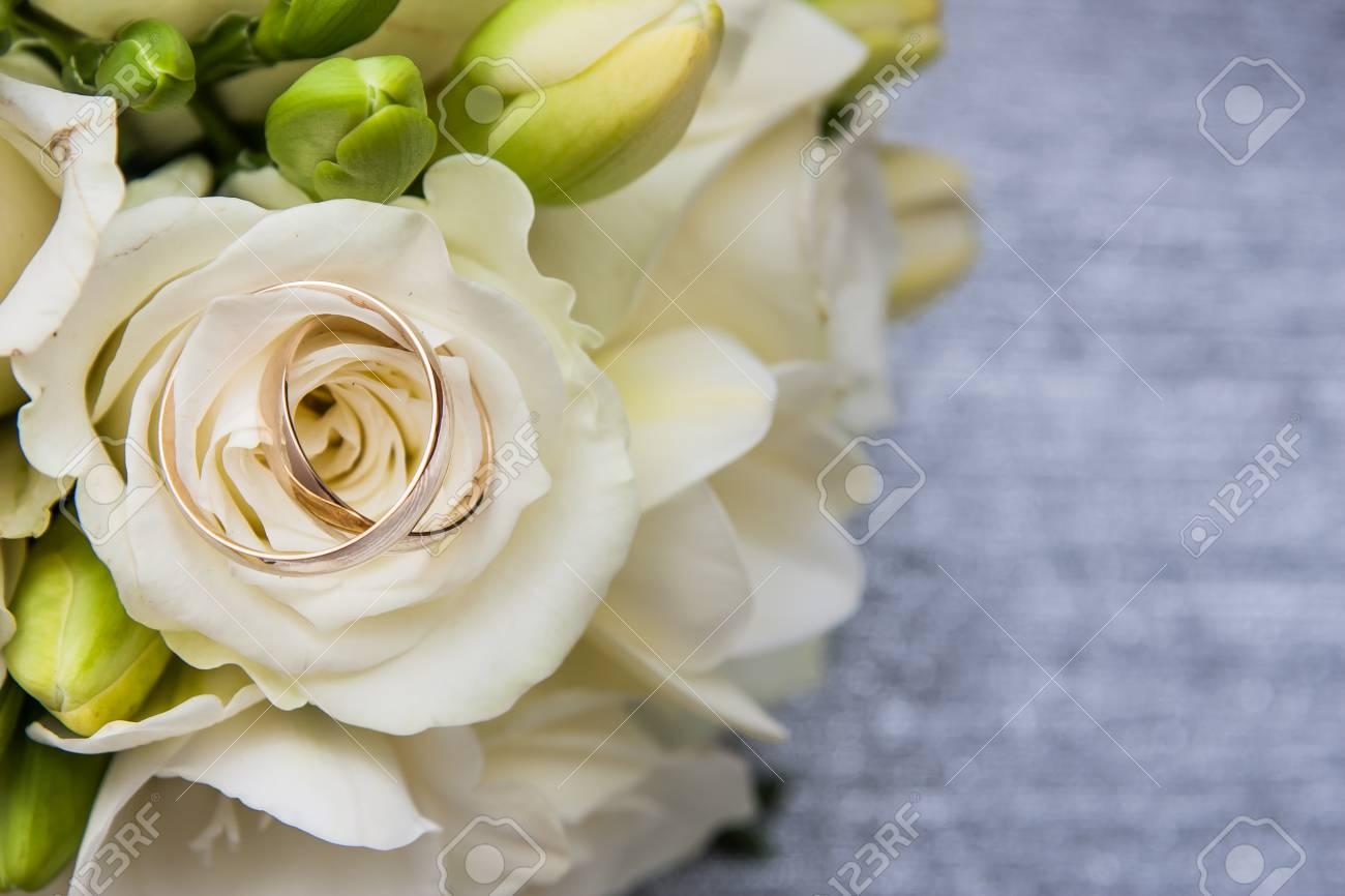 Zwei Ringe Der Goldenen Hochzeit Auf Nahaufnahme Der Weissen Blume