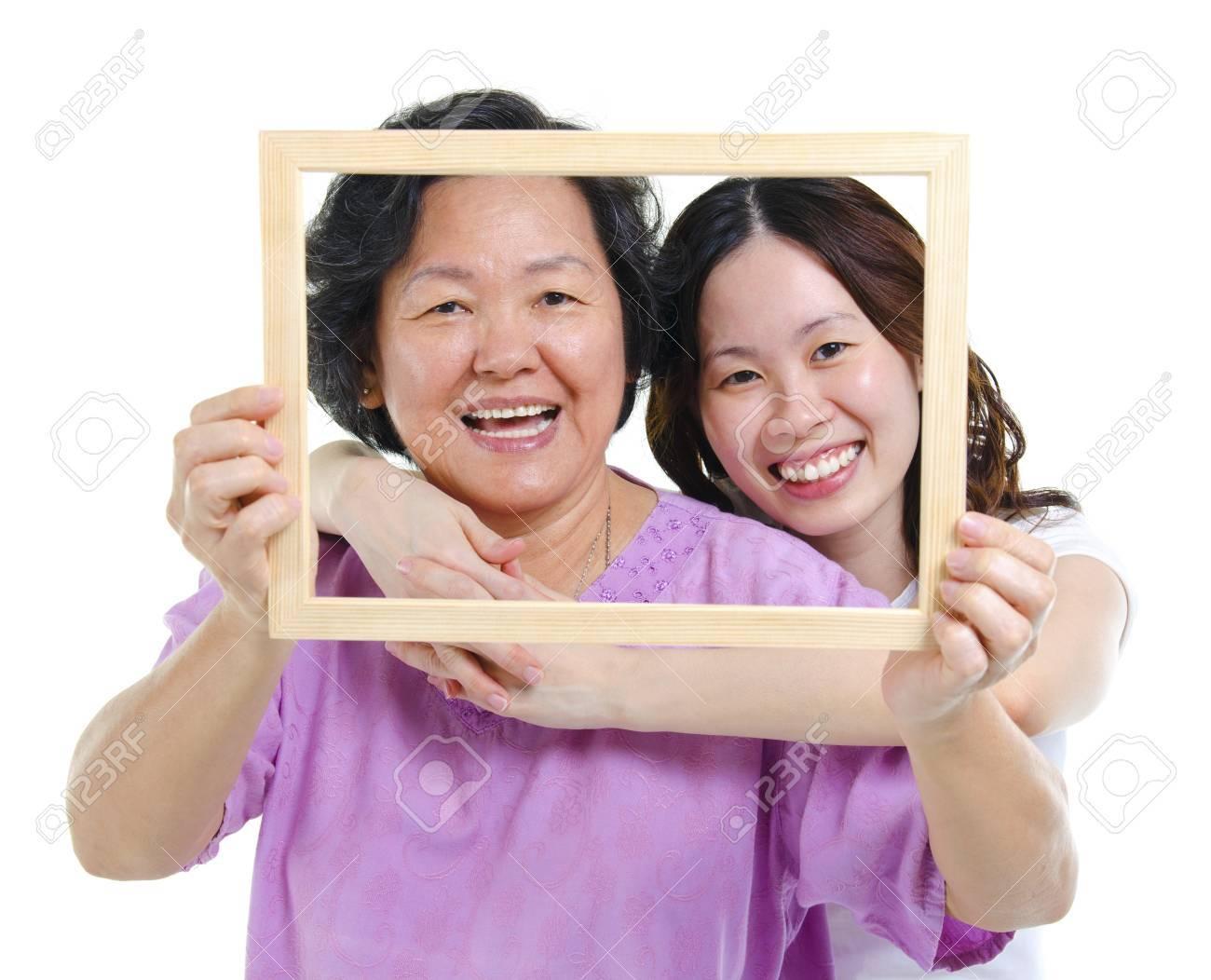 Raza Mixta Asiática Madre Y La Hija Mayor De Adultos Buscando ...