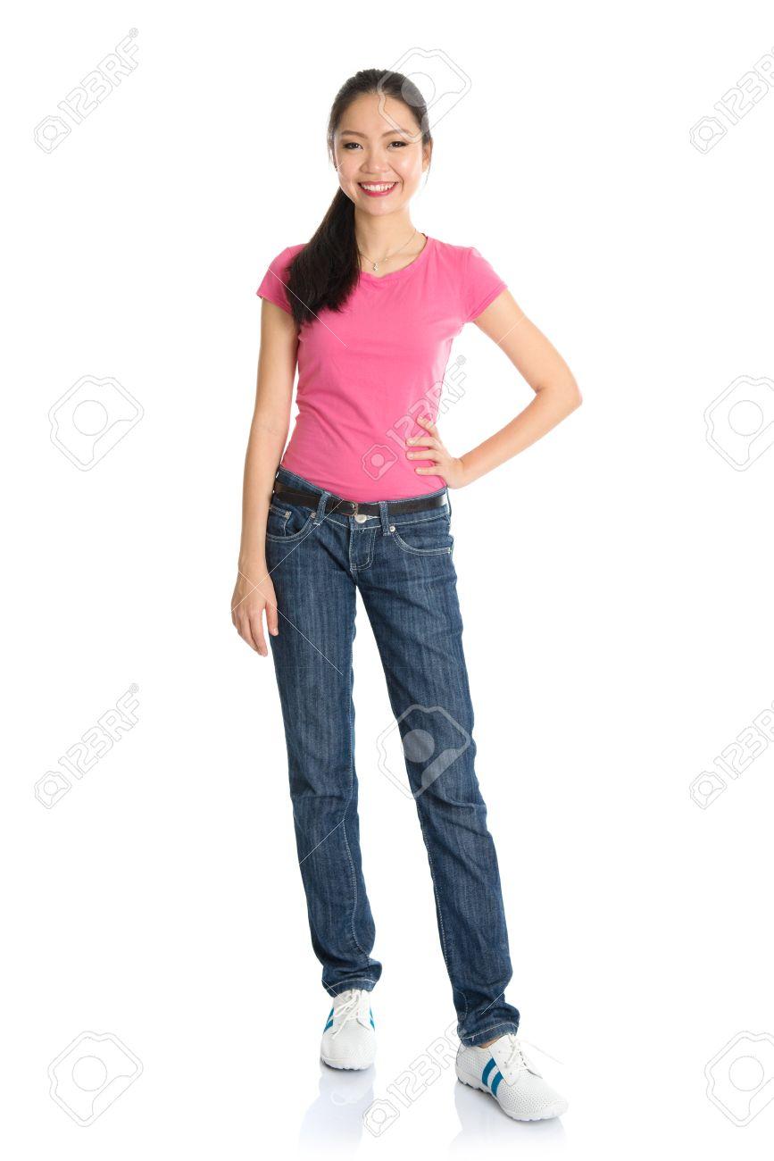 5c4ecc5eb6 Cuerpo asiática chica adolescente completa con camisa rosa y pantalones  vaqueros de pie aislado en fondo