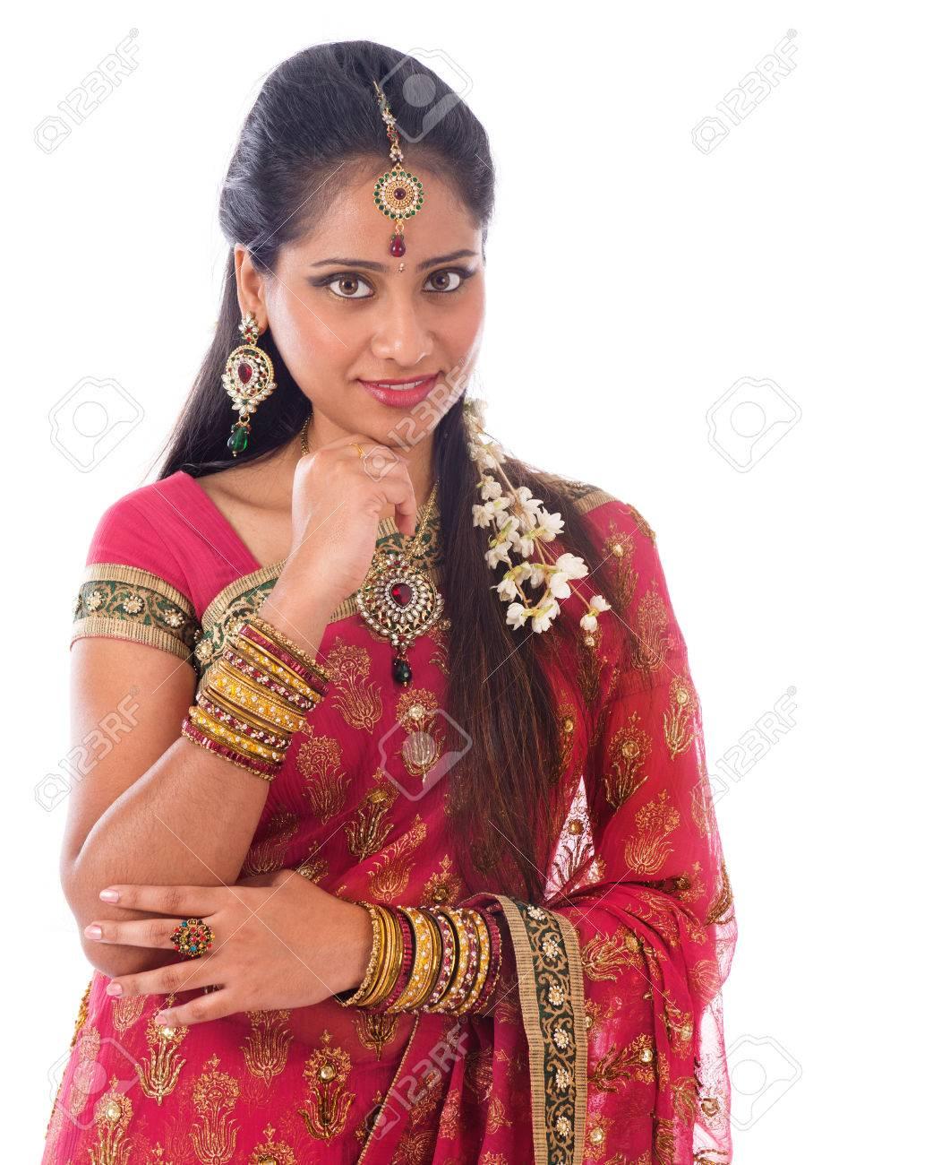 Blanco Retrato CámaraPie Joven De Tradicional Pensamiento Aislado La A Vestido En Muchacha India SariMirando Hermosa El c1lFTK3Ju