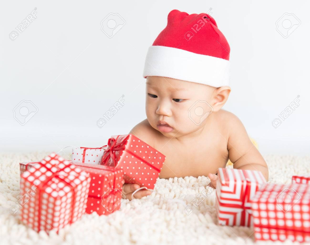 Asiatisches Baby Mit Nikolausmütze Spielen Mit Weihnachtsgeschenk ...