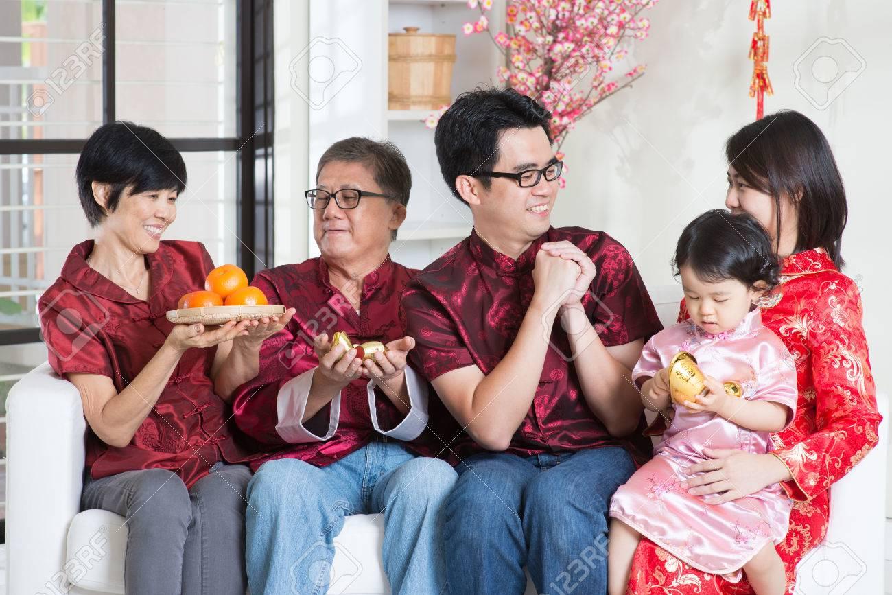 Feiern Chinesische Neue Jahr. Glückliche Asiatische Familie Mit ...