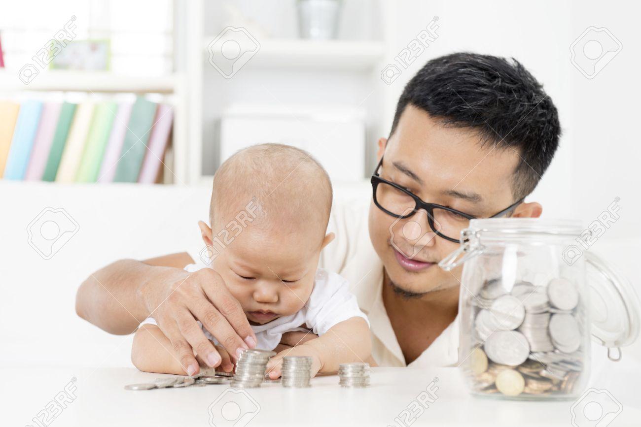 style de vie de famille asiatique à la maison. père et bébé compter