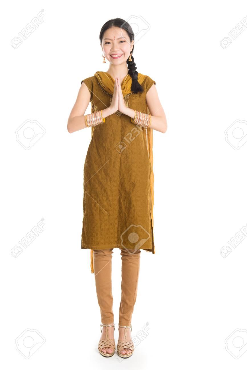 Portrait De Jeune Metisse Indienne Fille Chinoise En Punjabi Traditionnel Robe Salutation Debout De Longueur Isole Sur Fond Blanc Banque D Images Et Photos Libres De Droits Image 64805713