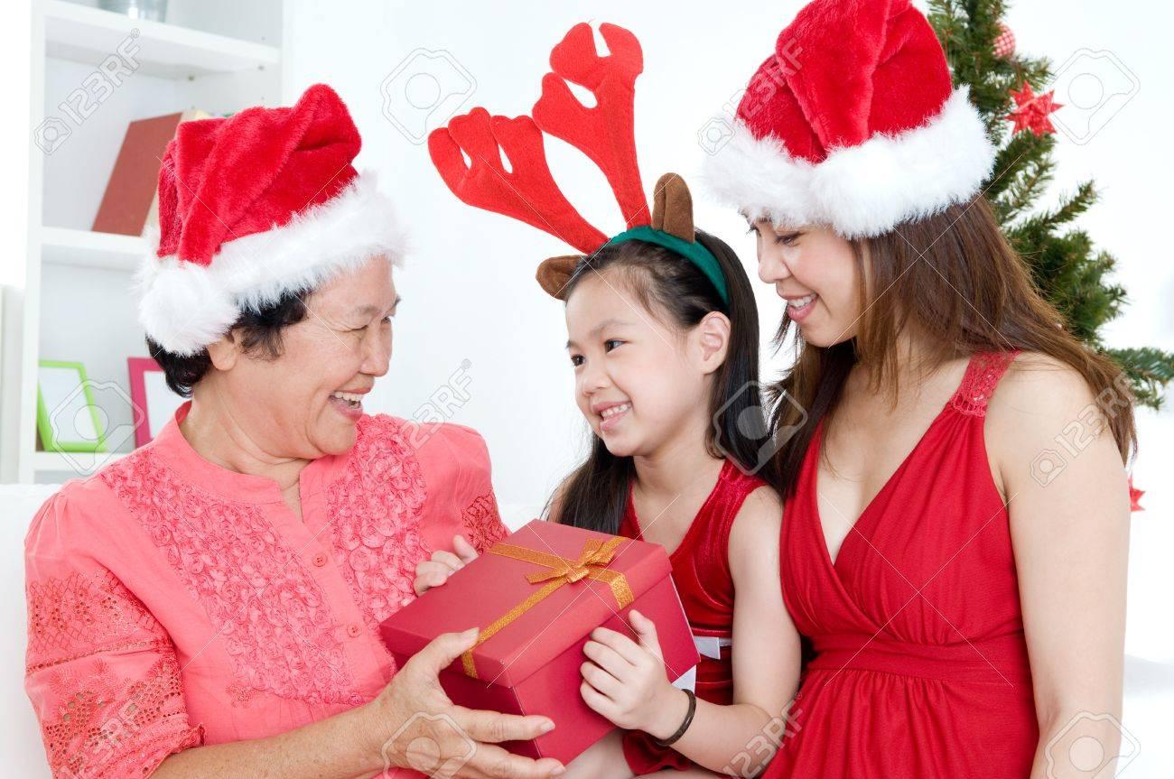Schöne Asiatische Mädchen, Die Weihnachts-Geschenk Zu Großmutter ...