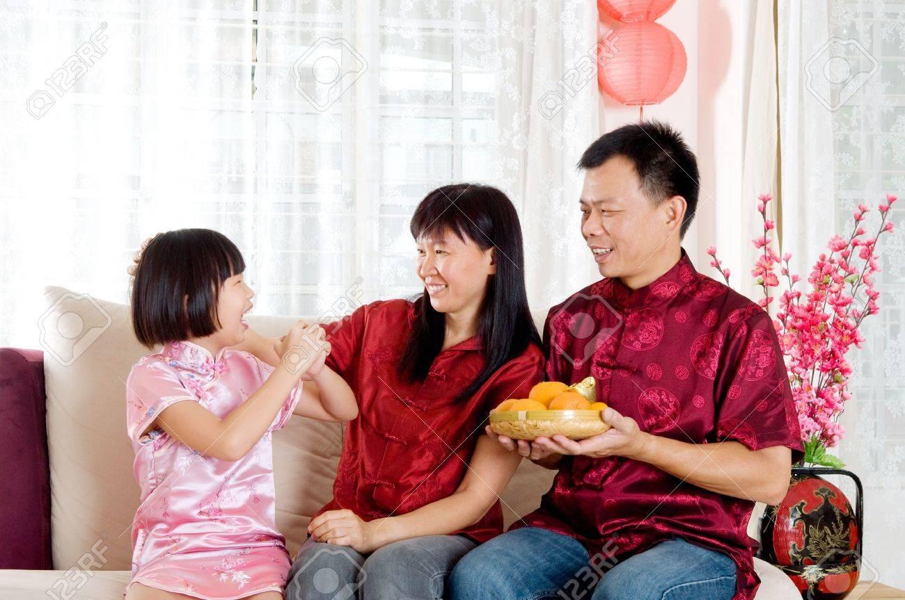 Asian Girl Grüßen Ihre Eltern Auf Chinesisches Neues Jahr ...