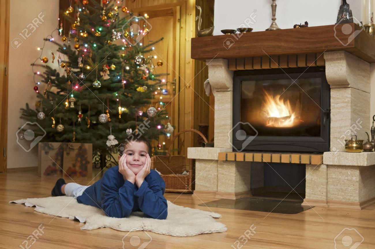 Hombre Joven Delante De La Chimenea Con El árbol De Navidad En El ...