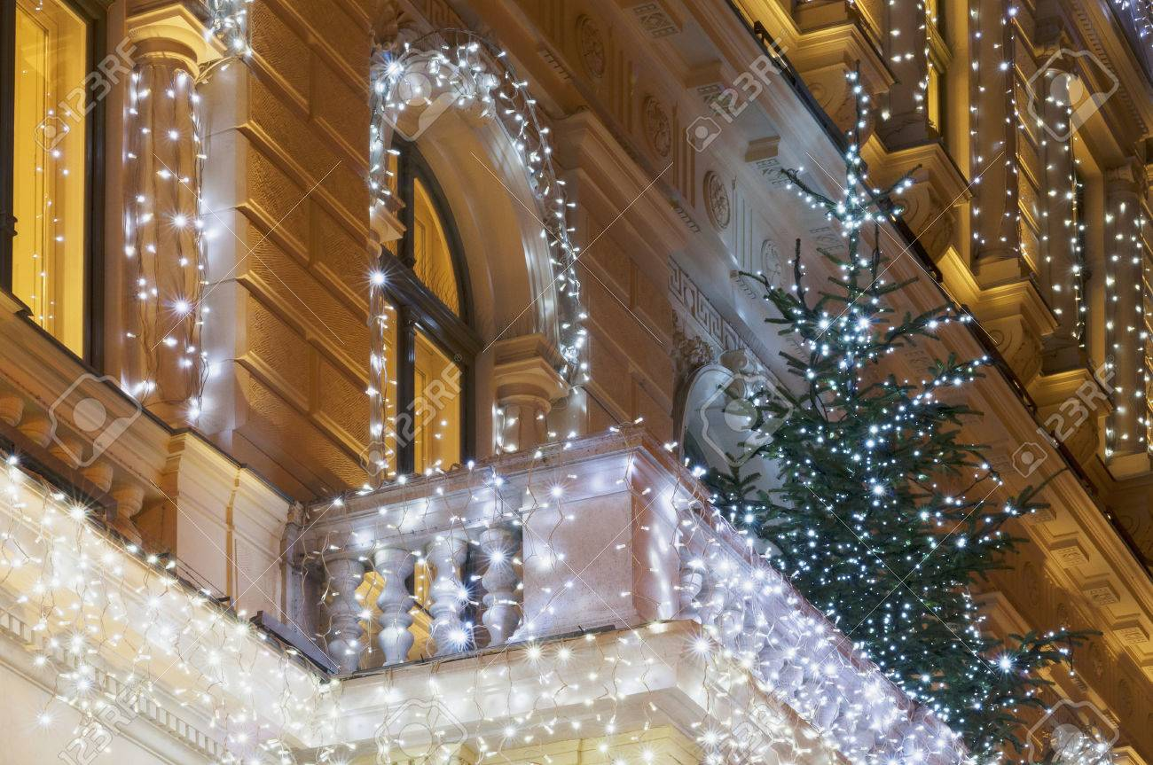 Gebaudefassade Mit Lichterkette Dekoration In Der Nacht Mit