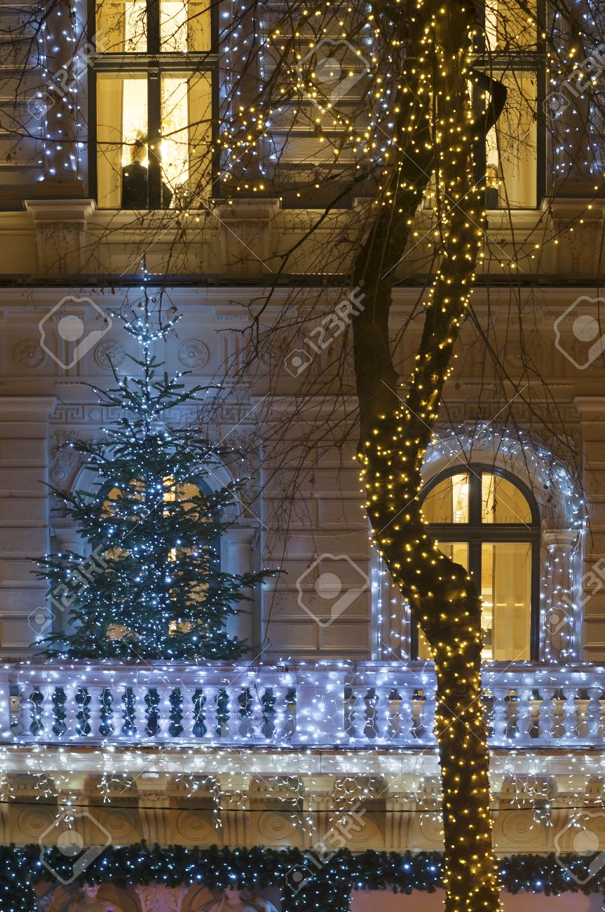 Banque d\u0027images , Façade de bâtiment avec une décoration de guirlande  lumineuse la nuit avec l\u0027arbre de Noël sur le balcon, la porte et grande  fenêtre