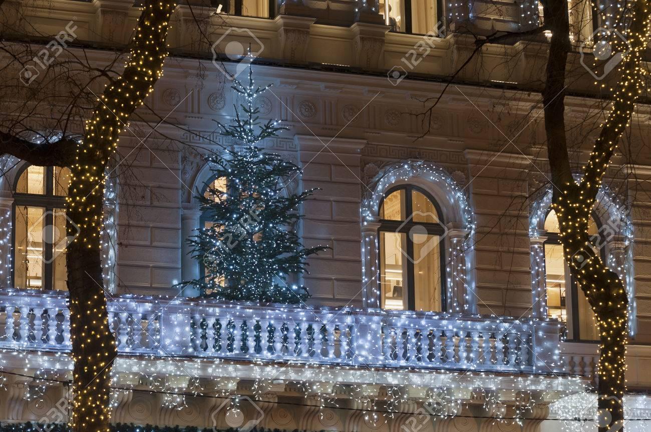 Decoration Balcon De Noel.Facade De Batiment Avec Une Decoration De Guirlande Lumineuse La Nuit Avec L Arbre De Noel Sur Le Balcon La Porte Et Grande Fenetre