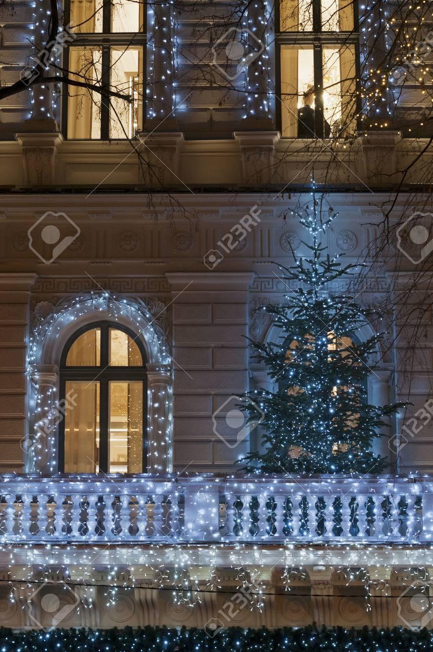 Deco De Noel Lumineuse Pour Fenetre façade de bâtiment avec une décoration de guirlande lumineuse la nuit avec  l'arbre de noël sur le balcon, la porte et grande fenêtre