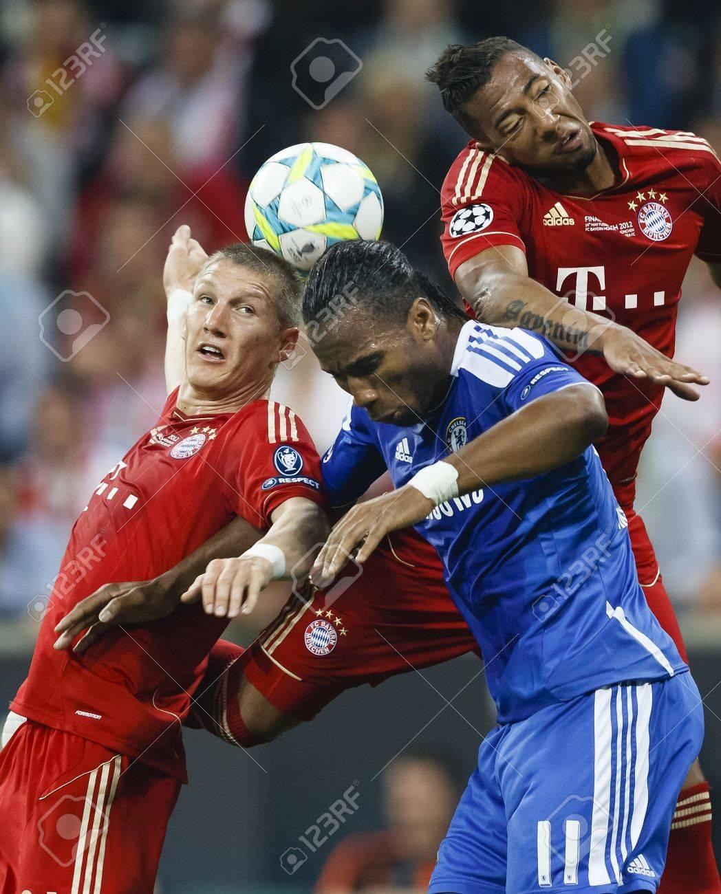 MUNICH, May 19 - Drogba of Chelsea (M) between Schweinsteiger
