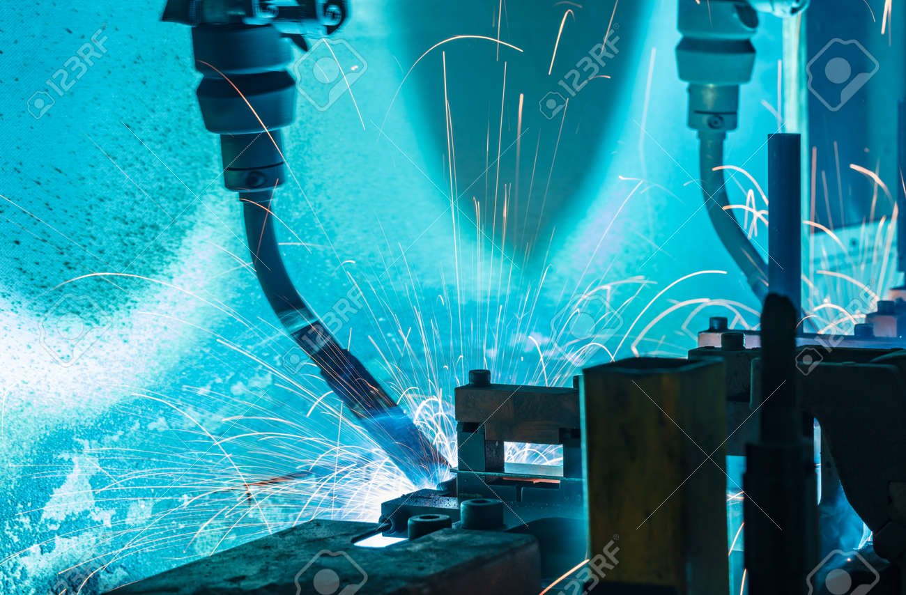 Team welding robots represent the movement in the automotive parts industry - 157704592