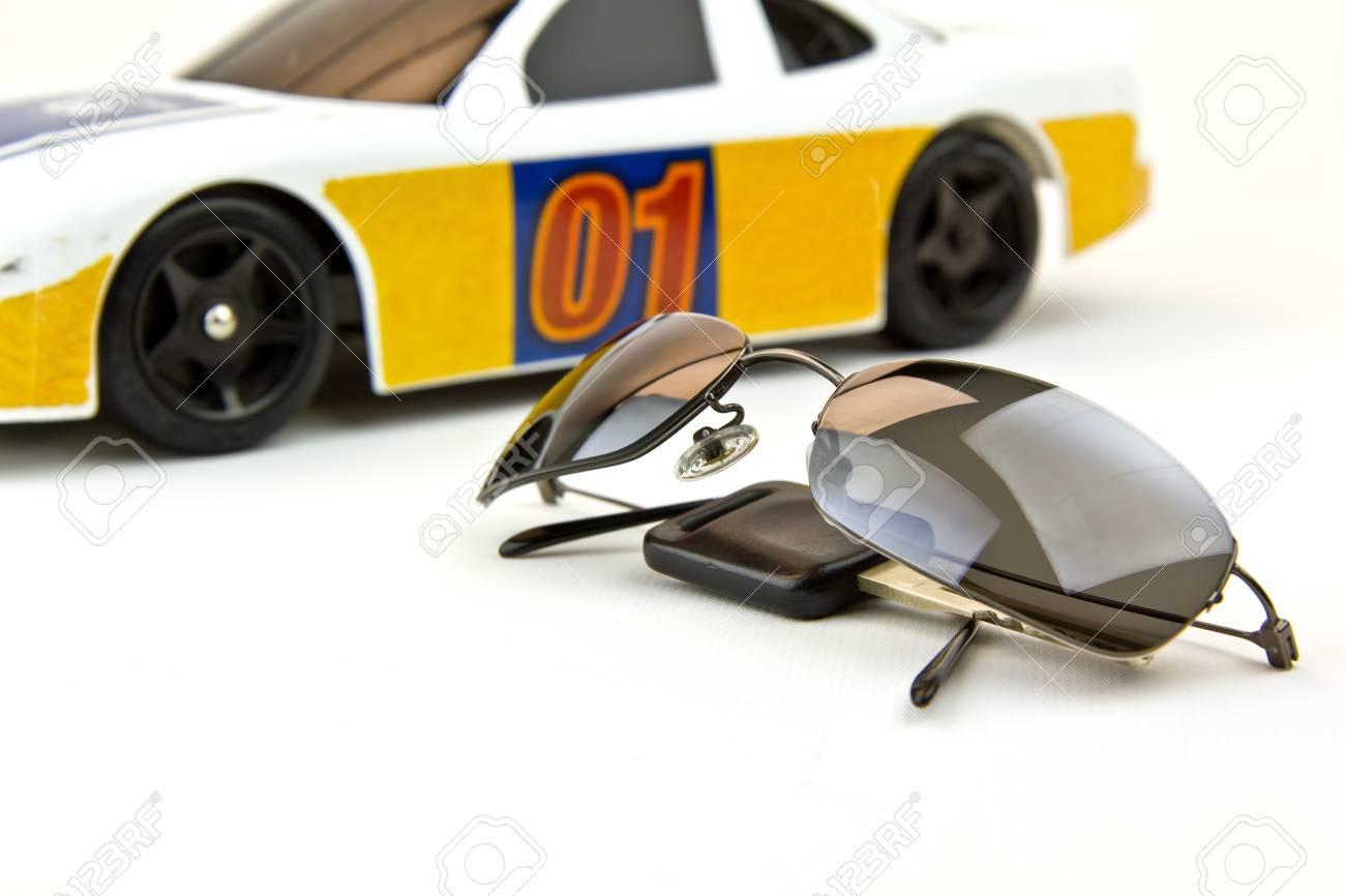 Fancy Sonne Brille, Zündschlüssel Und Auto Im Hintergrund Warten ...