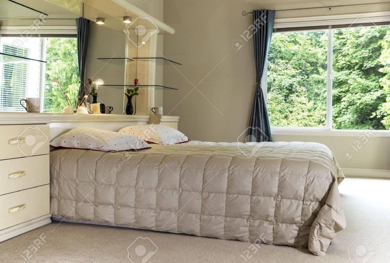 Haupt-Schlafzimmer Mit Kingsize-Bett, Großem Spiegel Und Offenen ...