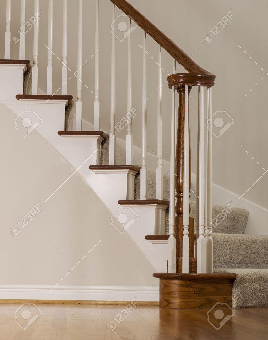 escalera de roble de madera con escalones de alfombras y molduras blancas foto de archivo