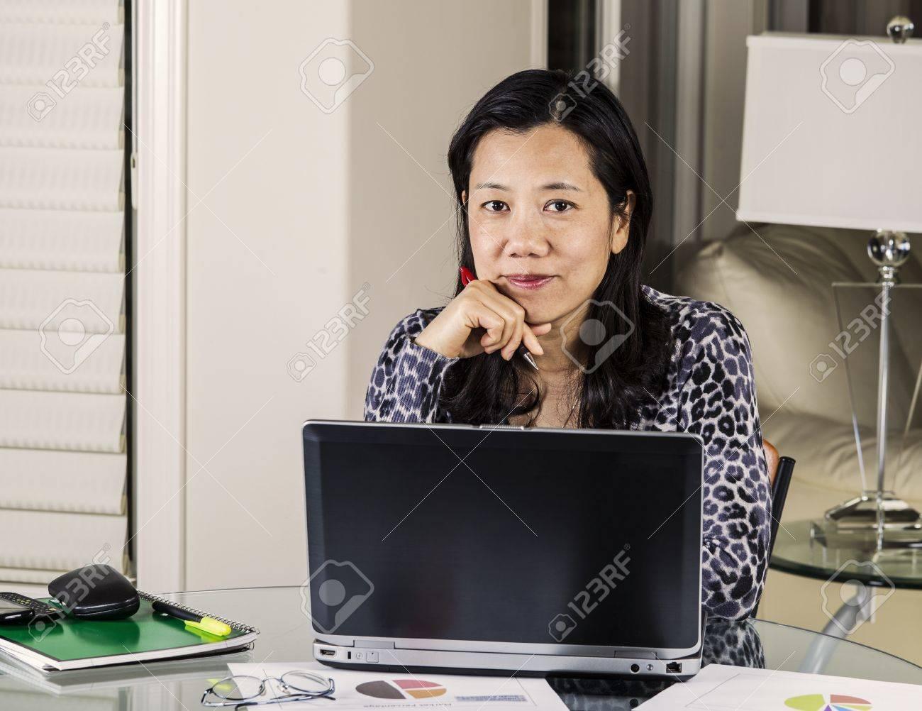 Las mujeres maduras sonrientes mientras trabajaba en la oficina en casa Foto de archivo - 15421148