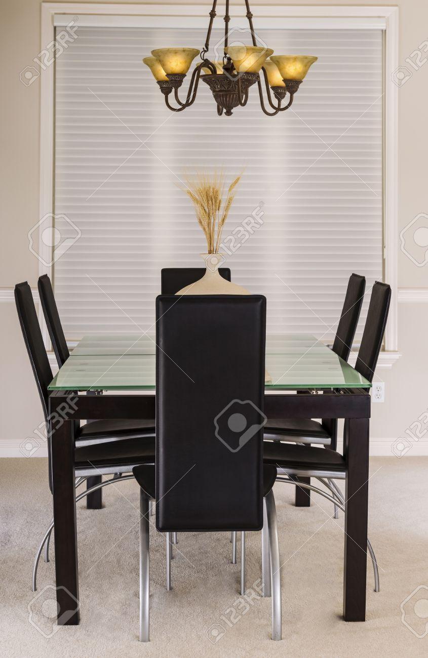 Salle à manger moderne avec table en verre haut, fauteuils en cuir ...