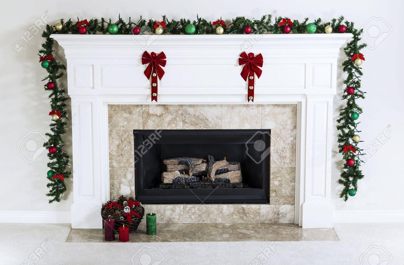 Camino A Gas Naturale Decorato Con Ornamenti Di Natale, Candele E ...