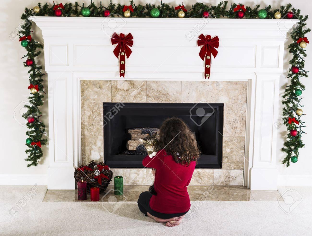 Junge Mädchen Mit Familie Katze Vor Urlaub Dekoriert Erdgas Kamin Im  Wohnzimmer Zu Hause Standard