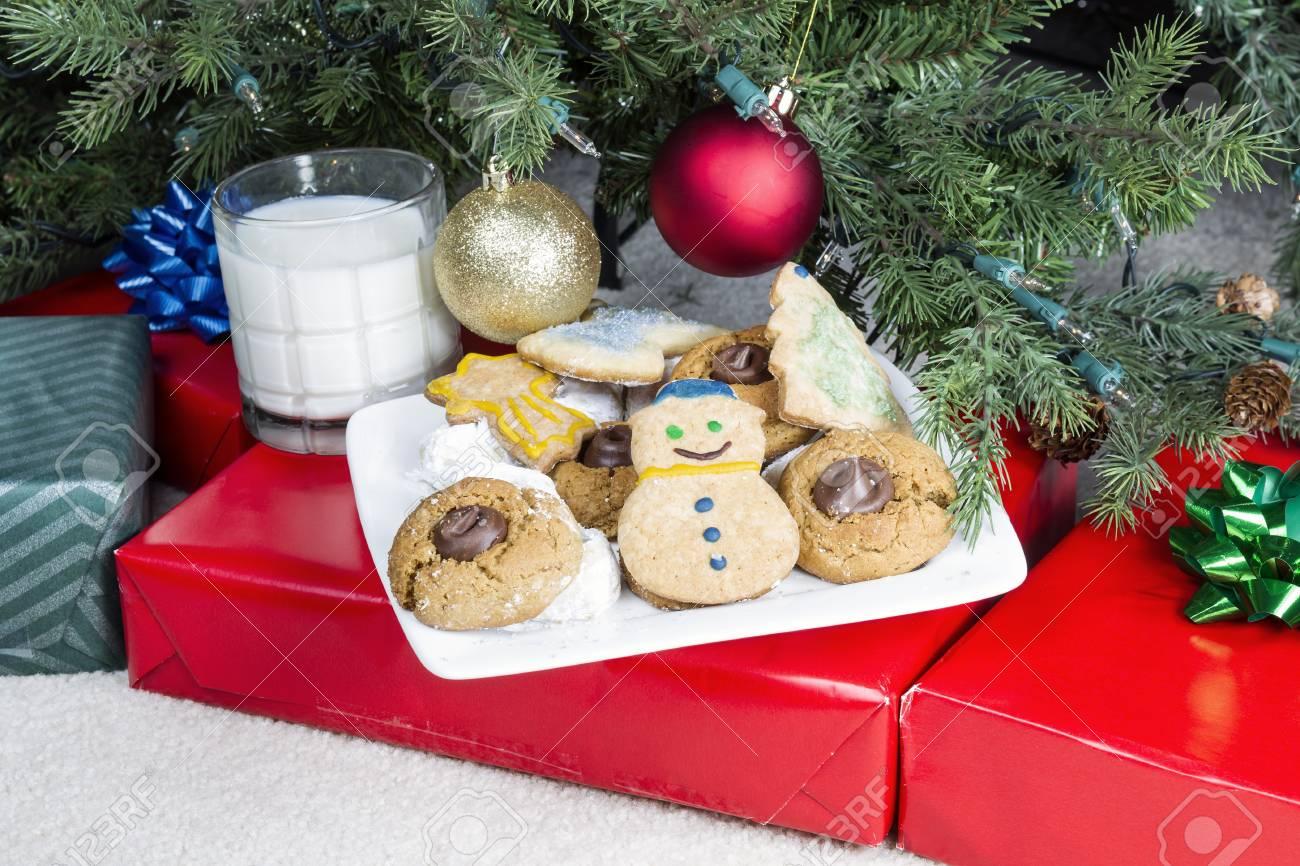 Homemade Cookies Auf Einem Weißen Teller Mit Einem Glas Milch Für ...