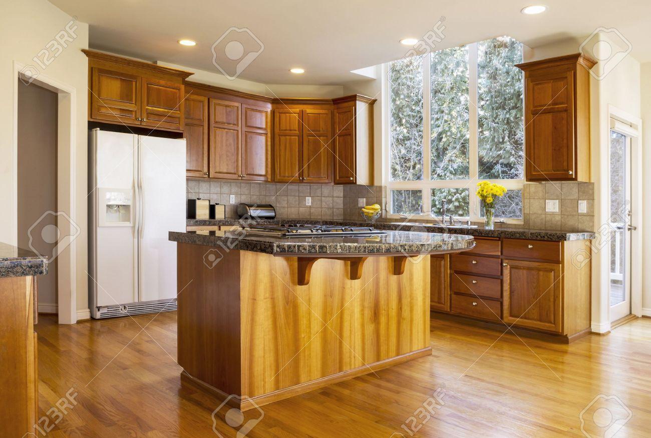 cocina moderna con suelo de madera de roble rojo foto de archivo