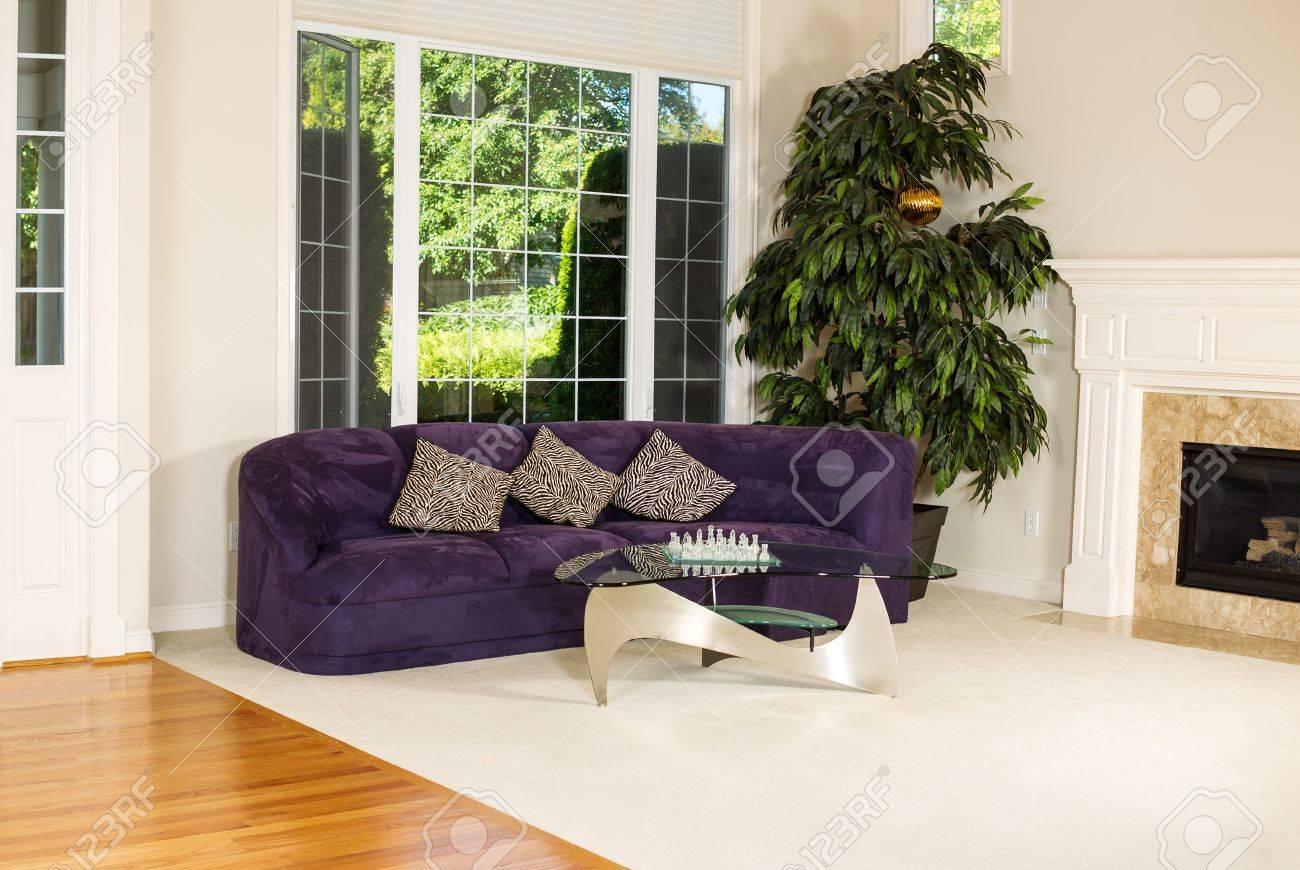 horizontale foto von formalen wohnzimmer mit wildledercouch