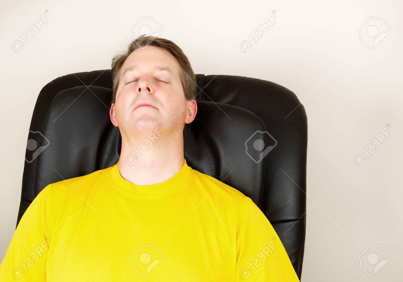 2ae9c3354736 Horizontale Foto von älterer Mann entspannende Massage Stuhl mit geschlossenen  Augen Standard-Bild - 23957297