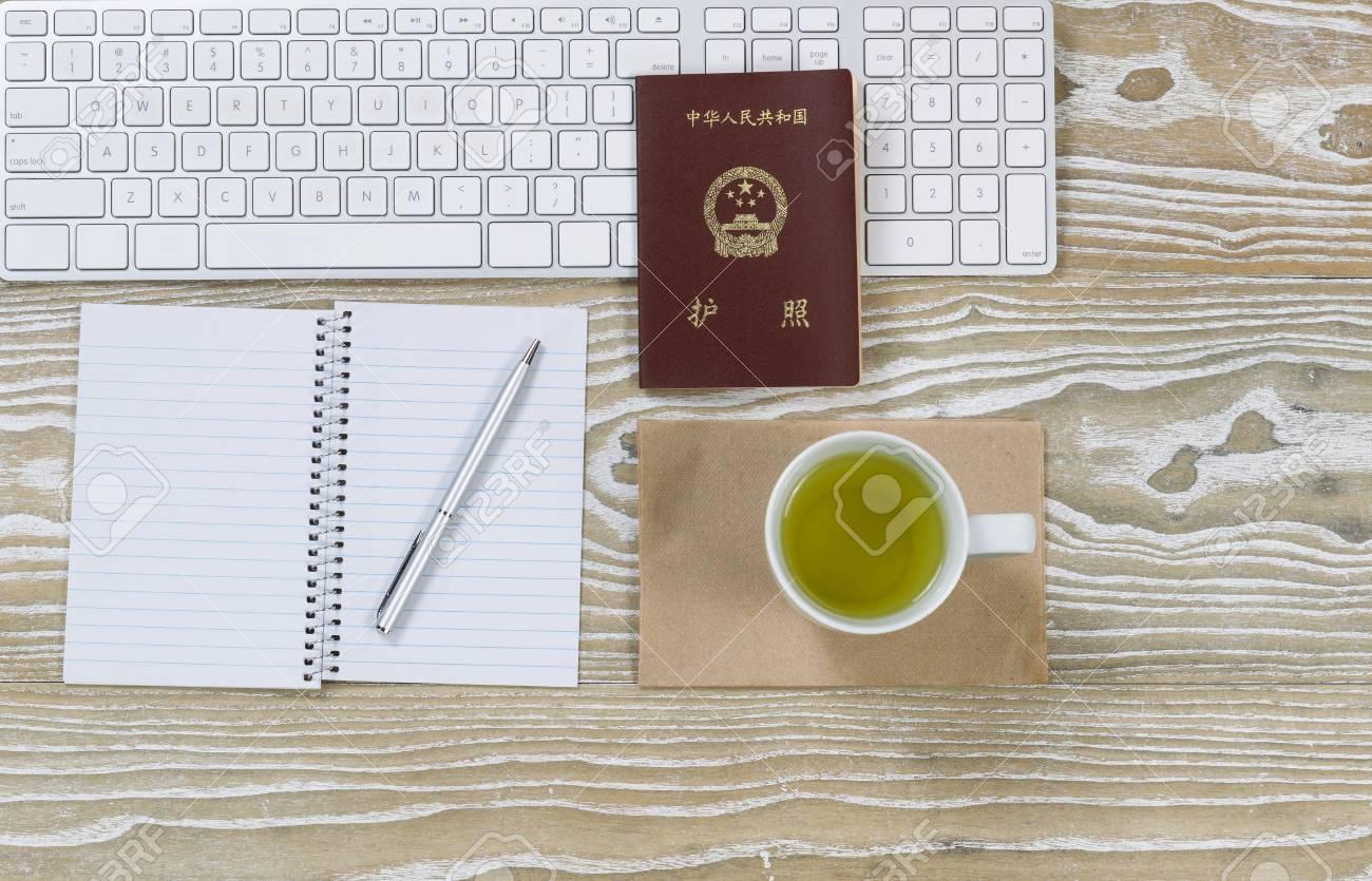 Vue de dessus tir de bureau de travail la chine passeport un