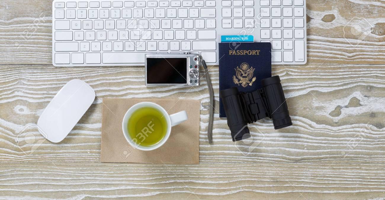 Vue de dessus tir d un vieux bureau avec clavier blanc le thé