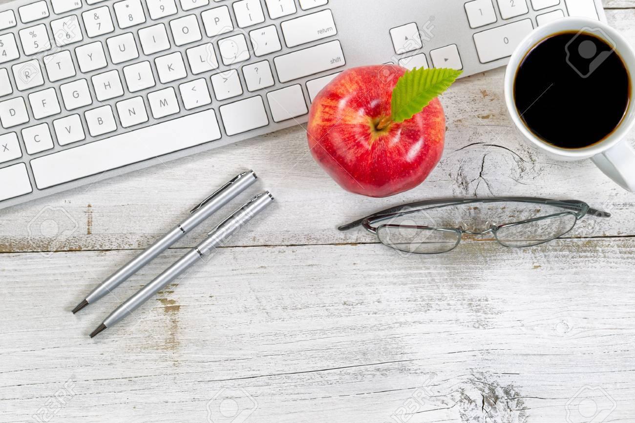 Pomme rouge café lunettes de lecture et stylos argentés à côté du