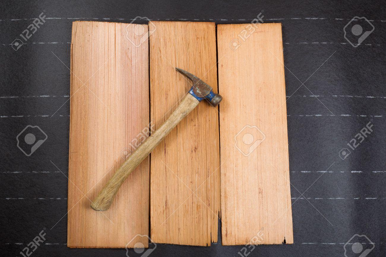 foto de archivo martillo para techos usado en las nuevas tejas de cedro y sinti de papel en formato horizontal