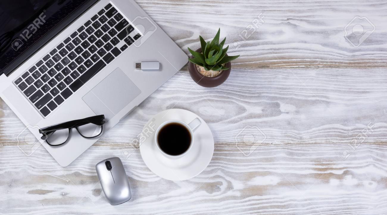 Vue aérienne dun bureau de travail mobile avec clavier dordinateur