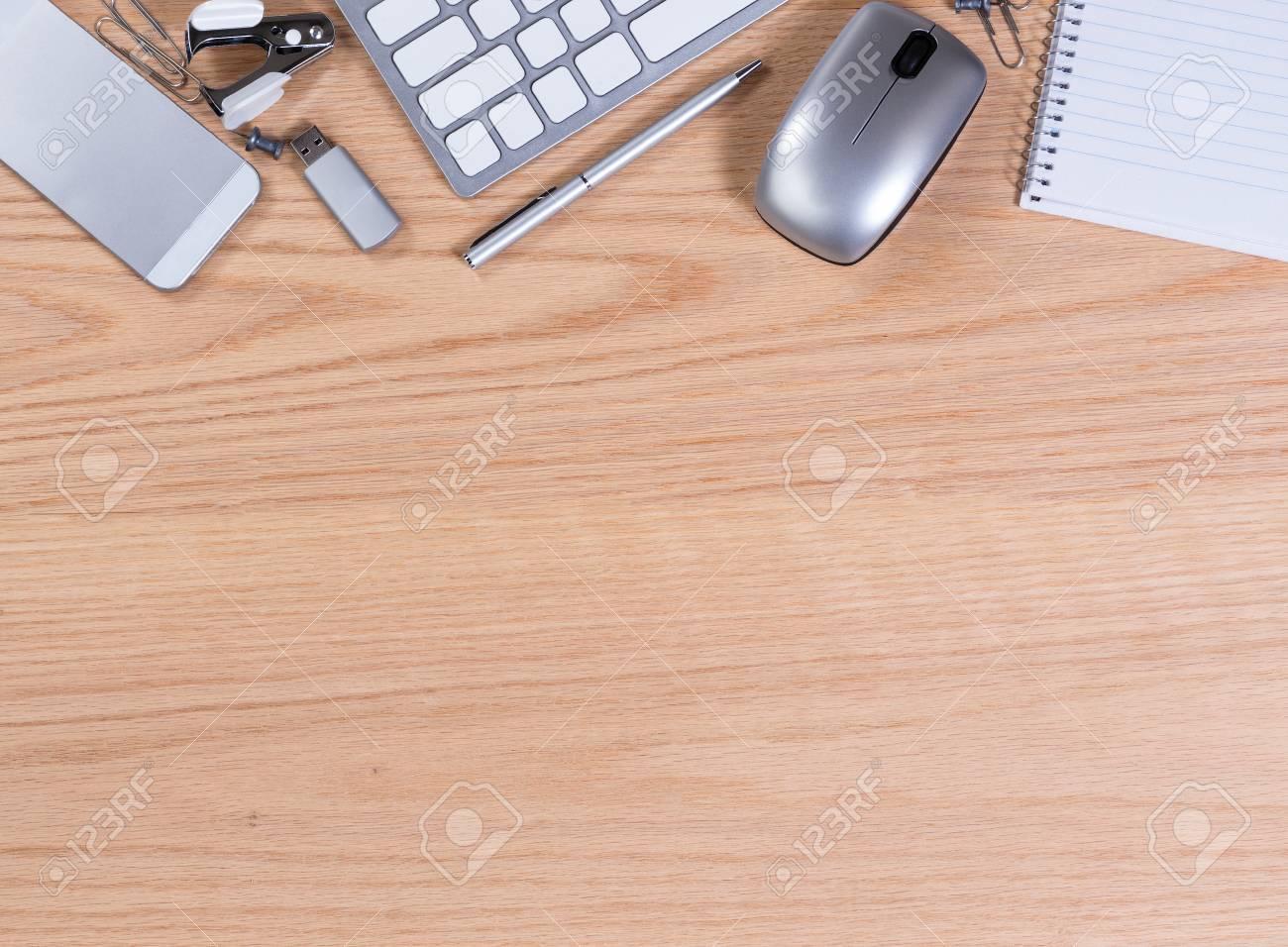 Office Desktop Mit Computer Tastatur Maus Usb Stick Stift Papier