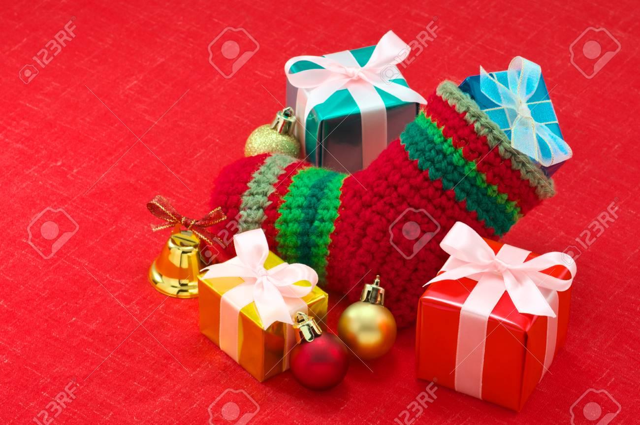 Media De La Navidad Y Regalos De Colores En Tela Roja Fotos ...