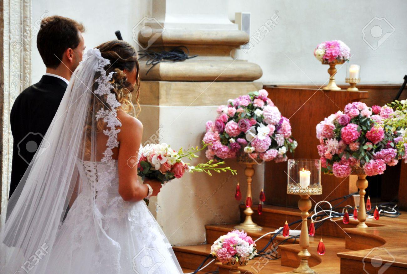 Schone Hochzeit In Grossen Kirche Lizenzfreie Fotos Bilder Und Stock