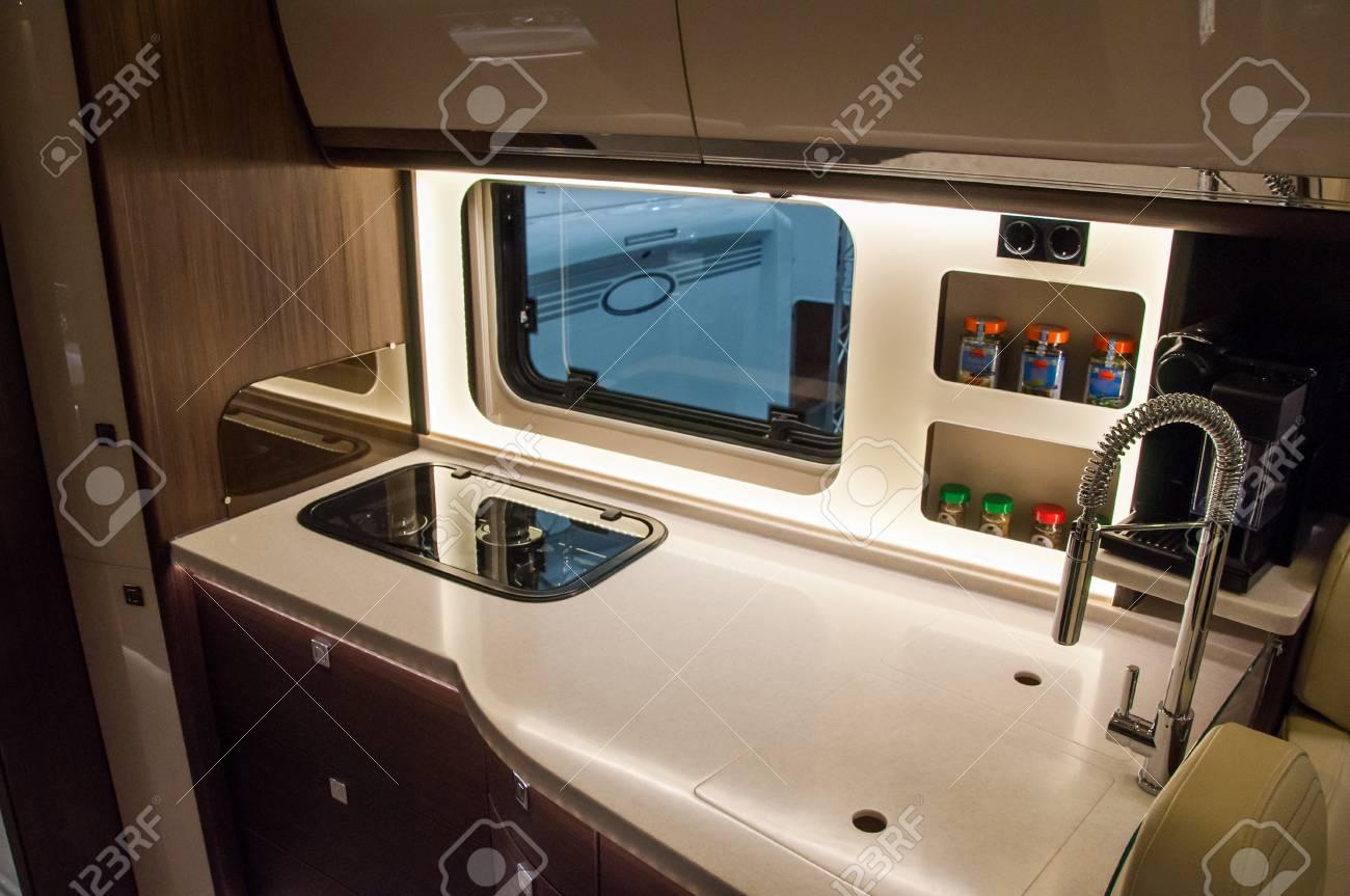 intérieur de la caravane de luxe. détail de la photo de l'entraîneur avec  l'équipement de luxe
