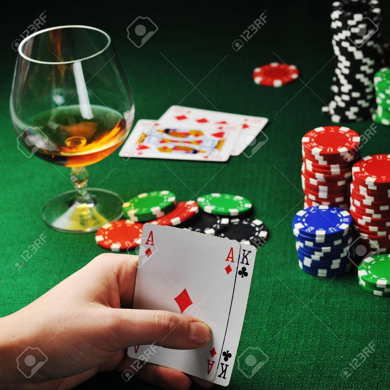 [Image: 30552938-man-sitting-at-the-gambing-tabl...-cards.jpg]