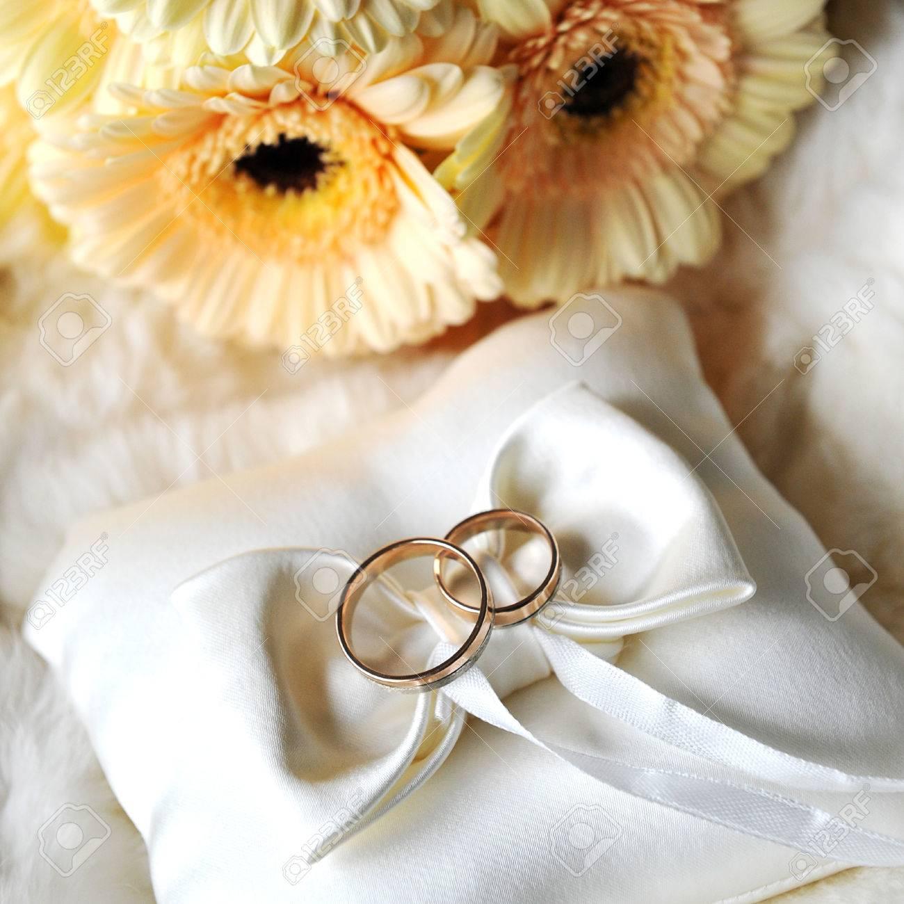 Elegand Hochzeit Ringe Auf Weissen Kissen