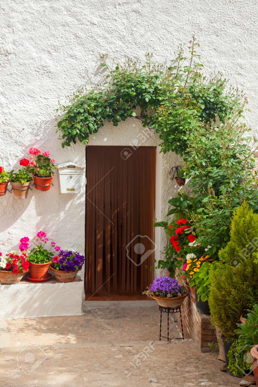 Standard Bild   Traditionelle Mediterrane Haustür Blumen Und Blumentopf Auf  Weiße Wand Dekoriert, Europäische Reise