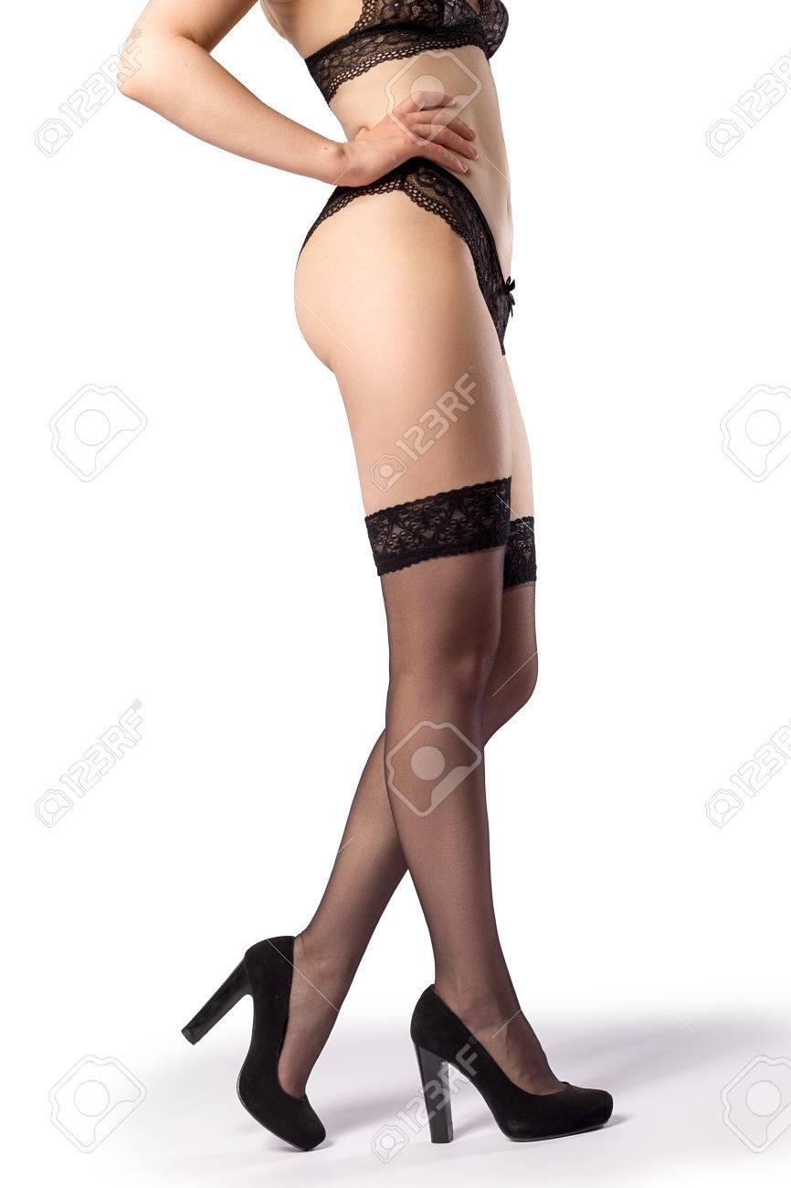 858adf2eb Presentación de la mujer en medias negras, y la ropa interior y zapatos de  tacón aislados en el fondo blanco con las sombras de los talones en el  suelo ...