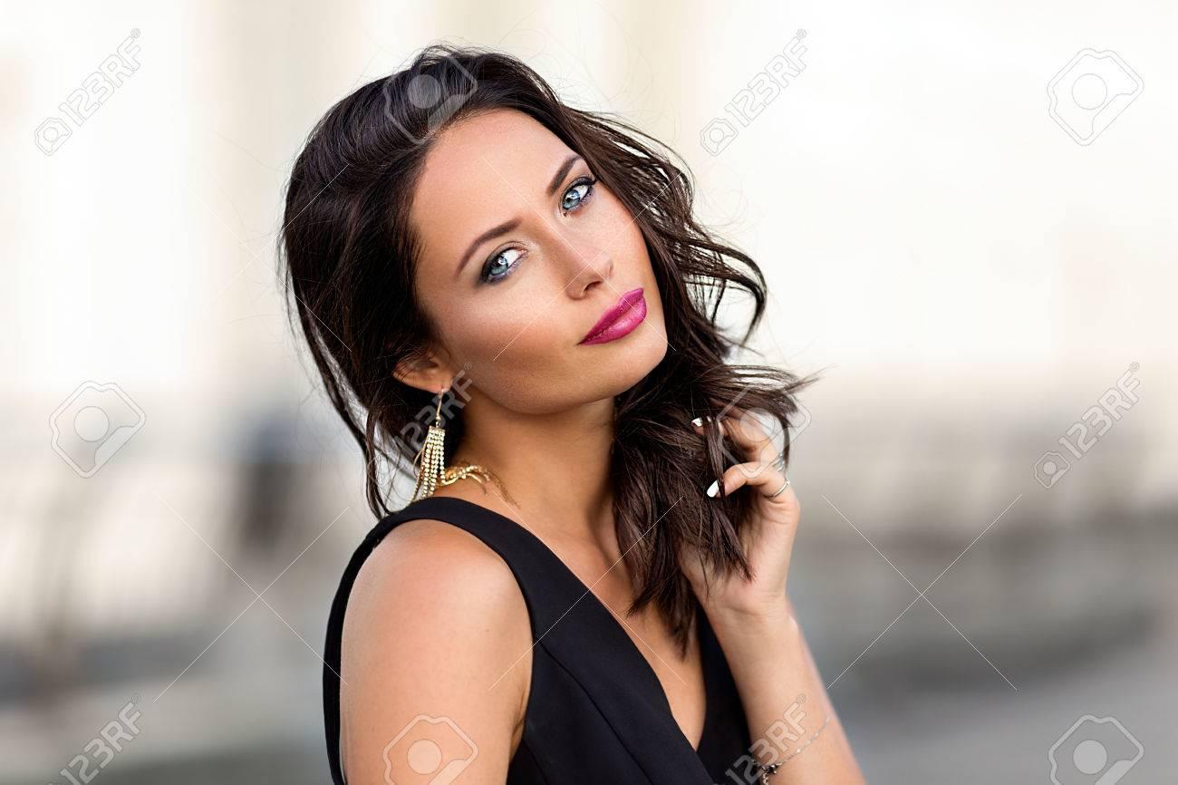RuePortrait De Robe Dans Noire Parfaite La Posant Femme rdBeQxoWC