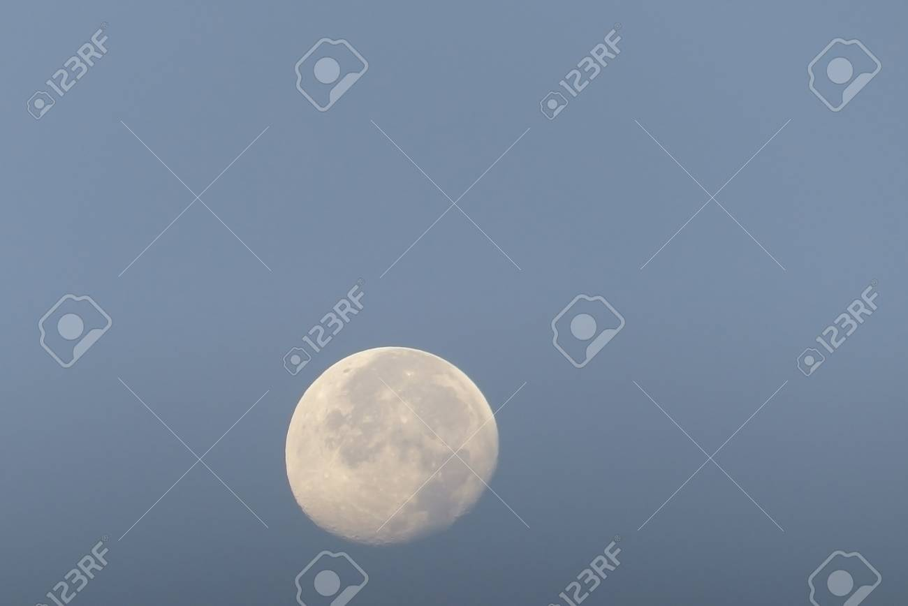 Luna sfondo azzurro