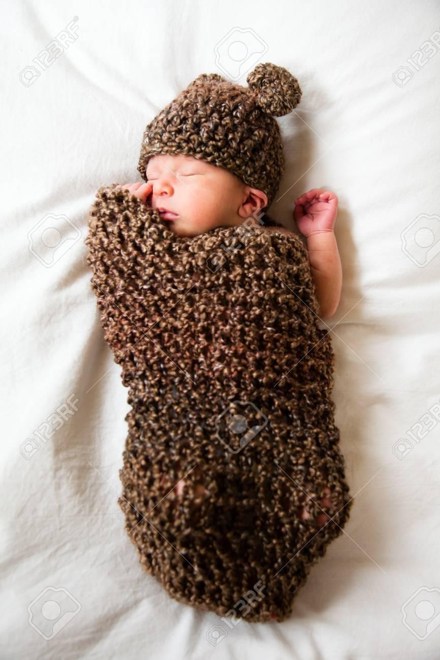 Bebé Recién Nacido Que Se Reclina En Un Capullo De Lana Fotos ...