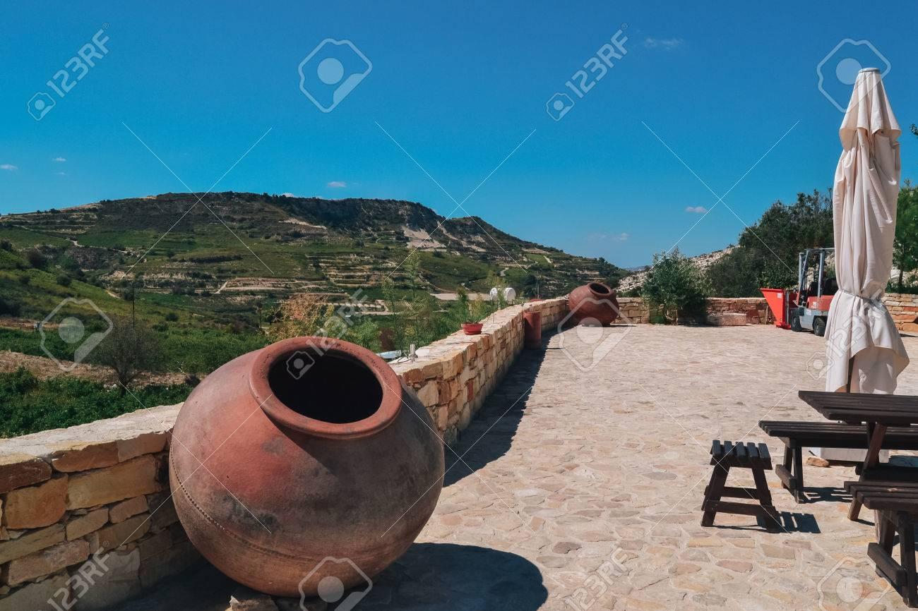 Jarra Grande Para La Decoración En El Restaurante De La Terraza Jarra Grande Fuera Del Vino O Aceite De Oliva