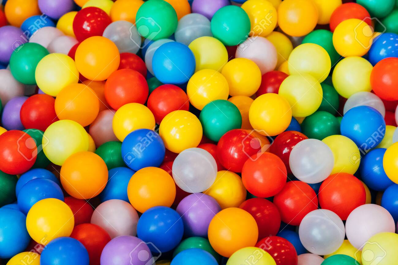 lot of plastic and colored balls in a chaotic manner - 125098802