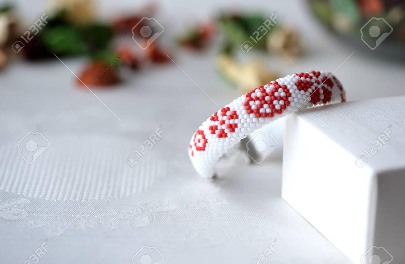 Wulstige Häkeln Armband Mit Blumendruck Nahaufnahme Lizenzfreie