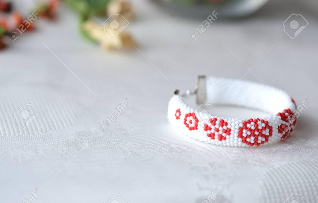 Perlen Häkeln Armband Mit Blumendruck Close Up Lizenzfreie Fotos
