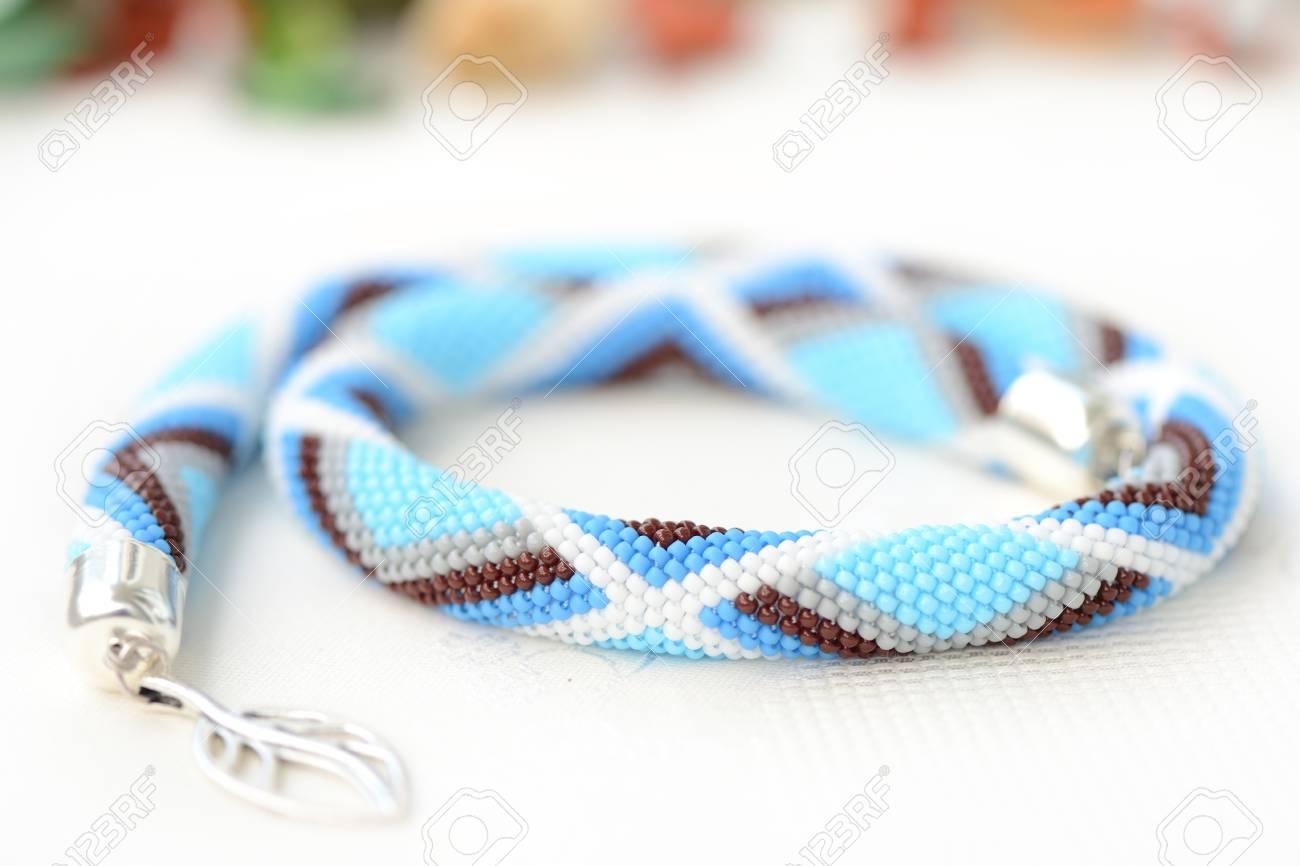 Collar Azul Collar De Ganchillo Con Patrón Geométrico Fotos ...