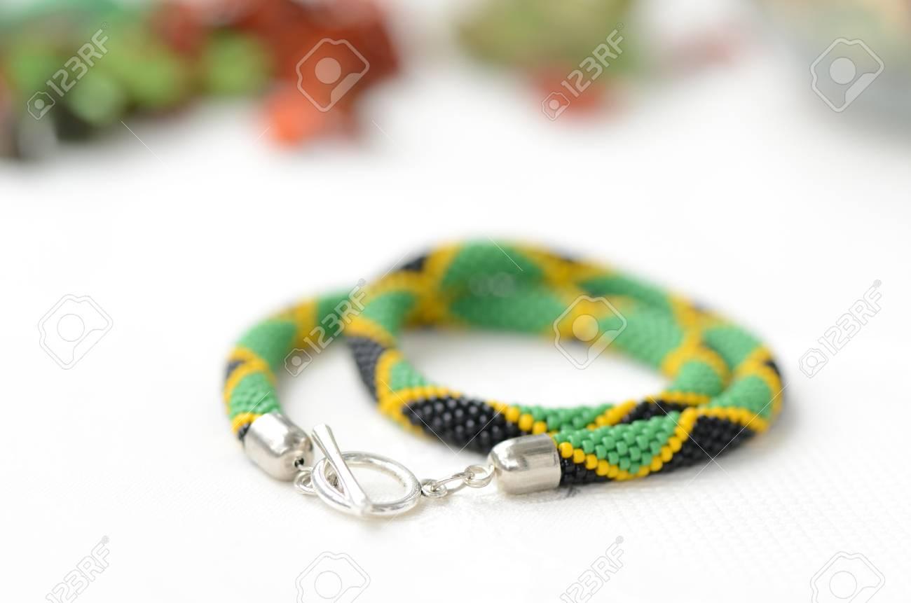 Perlen Häkeln Halskette Im Jamaikanischen Stil Hautnah Lizenzfreie